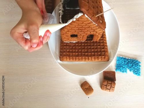Leinwanddruck Bild Создание пряничного домика.