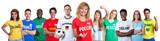 Sympathischer russischer Fussball Fan mit Gruppe internationaler Fans - 185889014