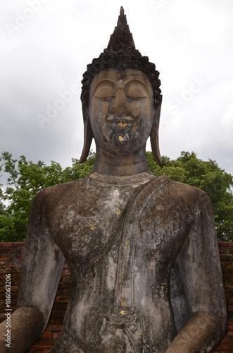Tuinposter Boeddha OLD SUKHOTHAI BOUDDHA ASSIS ET HOTEL A OFFRANDES WAT SRI CHUM THAÏLANDE