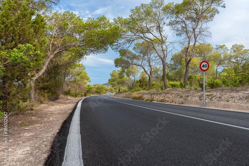 Neue spanische Landfstraße auf Ibiza closeup