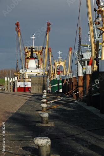 Foto op Canvas Noordzee fischkutter im hafen von oudeschild auf der insel texel