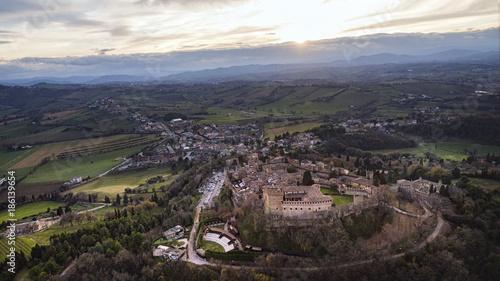 Italia, dicembre 2017 - vista aerea del borgo medievale di gradara nella provincia di Pesaro Urbino. Sullo sfondo l'entroterra marchigiano e umbro