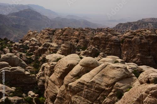 Staande foto Chocoladebruin Landschaft mit erodierten Felsformationen