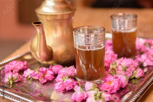 Papiers peints Maroc Tea decorated with roses flowers
