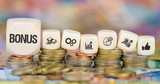 Bonus auf Münzenstapel