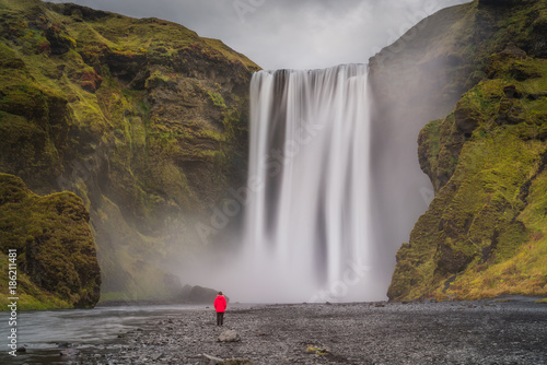 Kobiety pozycja pod Skogafoss siklawą w Iceland