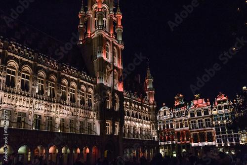 Fotobehang Brussel Espectáculo de luces y música con los Edificios de la Grand Place de Bruselas de gran riqueza ornamental, casas de los gremios