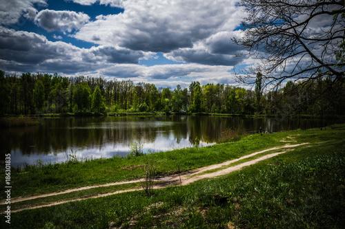 Aluminium Lente Beautiful lake in a green forest