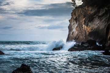 Ile de la Réunion, océan Indien, le Sud Sauvage, pitons, remparts, falaises ... Le Cap Jaune menaçant, les bassins de Langevin comme merveille de la nature
