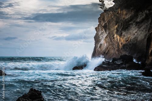 Ile de la Réunion, océan Indien, le Sud Sauvage, pitons, remparts, falaises ... Le Cap Jaune menaçant, les bassins de Langevin comme merveille de la nature - 186329838