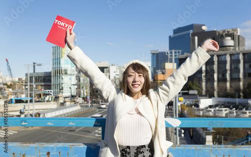 Poster Tokio 東京観光 原宿駅前 ガイドブックをもつ女性 背伸びをする
