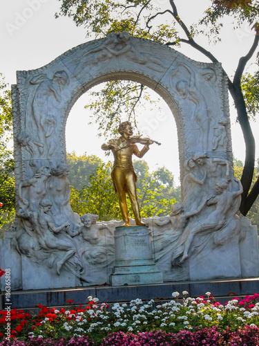 Deurstickers Wenen Gold-plated statue of Austrian composer Johann Strauss in stadtpark