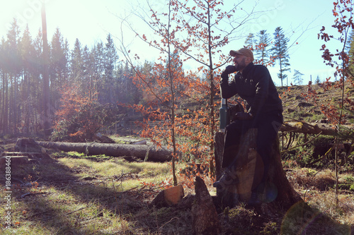 Leinwanddruck Bild Wandern im Wald
