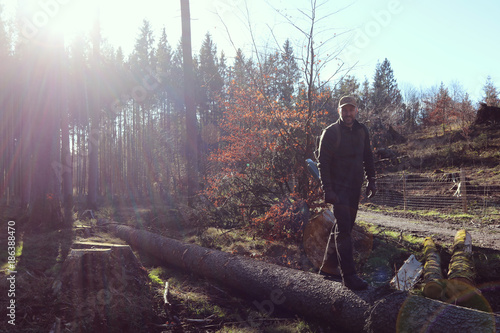 Leinwanddruck Bild Mann im Wald