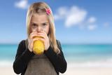 Kind trinken Orangensaft Orangen Saft Sommer Strand Meer gesunde Ernährung - 186429826
