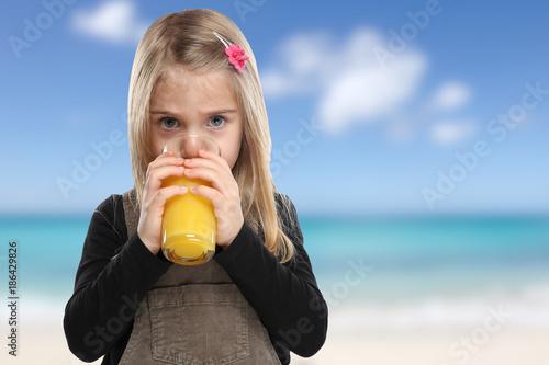 Foto Murales Kind trinken Orangensaft Orangen Saft Sommer Strand Meer gesunde Ernährung