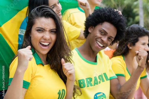 Fotobehang Voetbal Jubelnde brasilianische Fussball Fans mit Fahne