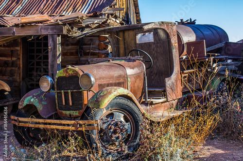 vintage-zardzewiale-cysterny-w-junk-yard