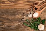 Tavola con mestoli, sale e erbe aromatiche - 186458215