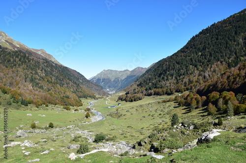 Fotobehang Pistache Tal in Frankreich in den Pyrenäen