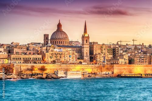 Foto auf Acrylglas See sonnenuntergang Valletta, Malta: skyline from Marsans Harbour at sunset. The cathedral