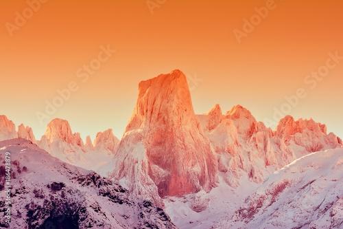 In de dag Oranje eclat Naranjo de Bulnes at dawn in Picos de Europa.