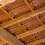 charpente de maison traditionnelle et tuiles - 186489646