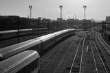 Voies ferrées de banlieue parisienne en noir et blanc