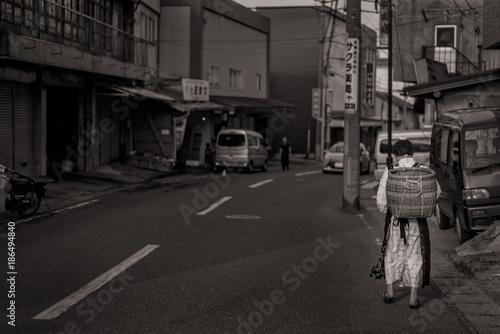 八戸の朝市を歩く老婆