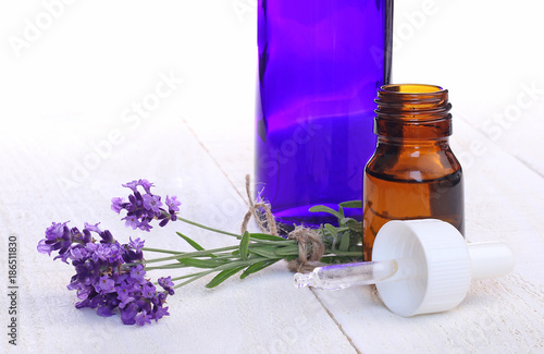 Fotobehang Lavendel Flacons d'huile essentielle de lavande