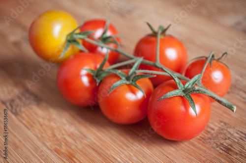 Foto Murales tomates cerise sur planche à découper en bambou