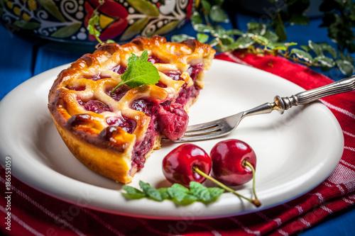 tarta-de-cerezas-casera-en-mesa-azul