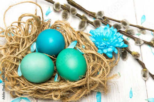 fondo-de-pascua-con-coloridos-huevos-de-pascua-amentos-y-flores-lugar-para-el-texto