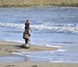 Enfants qui jouent avec l'écume de mer.