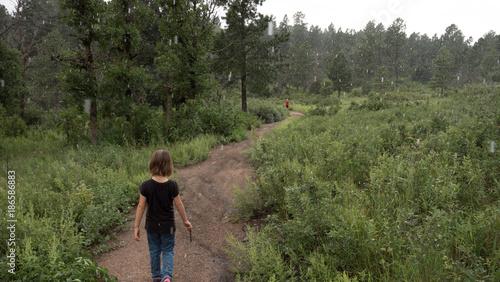 Papiers peints Route dans la forêt Children walking Forrest path in the rain