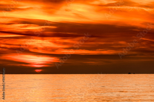 Fotobehang Oranje eclat crimson red sky at sunrise over the sea