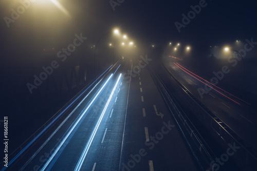 Foto op Canvas Nacht snelweg Nebel auf der Strasse