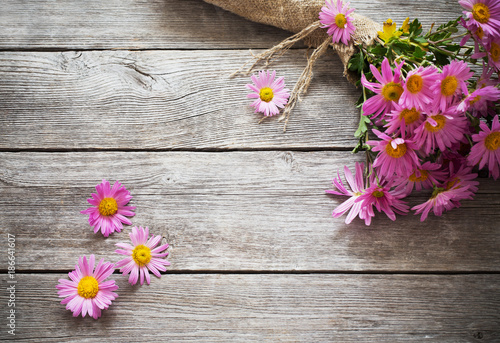 Foto Murales pink flowers on old wooden background