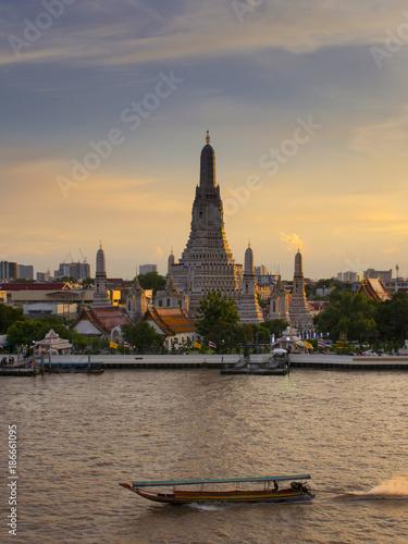 Foto op Plexiglas Bangkok Vertical image of Wat Arun in Bangkok, Thailand.