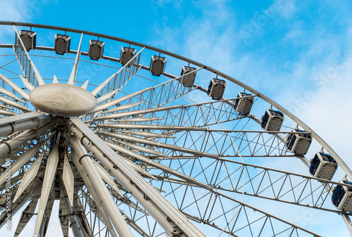 Staande foto Amusementspark Gdansk, Poland - August 10, 2017: Big ferris wheel in the old town of Gdansk, blu sky background. Center or old town in Gdansk, European polish culture city near baltic sea. Summer travel in Poland.