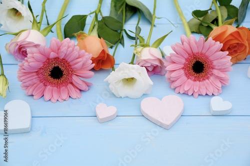 Fotobehang Gerbera Blumenstrauß mit Herzen