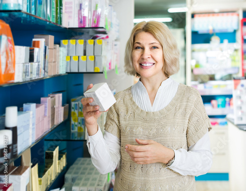 Poster Apotheek Portrait of mature woman at the pharmacy