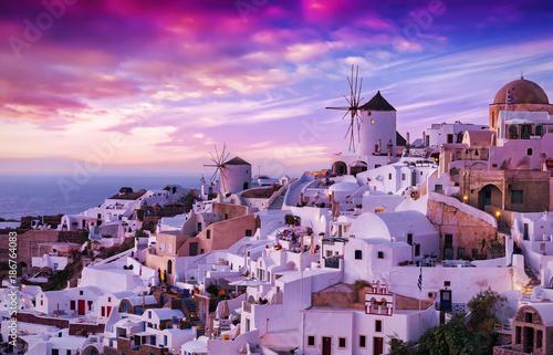 Fotobehang Santorini Der berühmte Sonnenuntergang von Oia auf Santorini in Griechenland