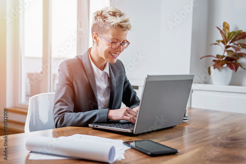 Sticker Businesswoman working on a laptop