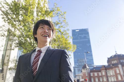ビジネスマン 笑う 東京駅