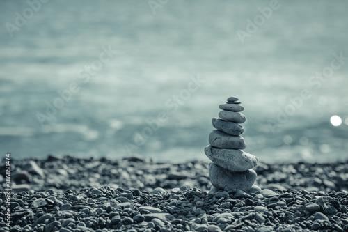 積み上げられた石 - 186858474