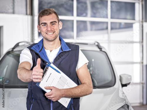 Mechaniker in Kfz Werkstatt