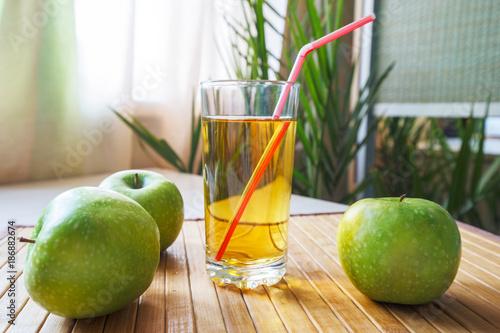 Foto op Plexiglas Sap Apple juice and green fruit