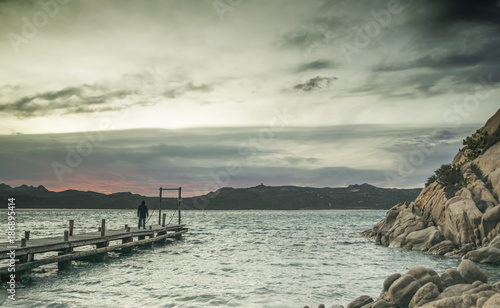 Keuken foto achterwand Zee zonsondergang Molo sulla spiaggia del pirata al tramonto - Capriccioli (Costa Smeralda)