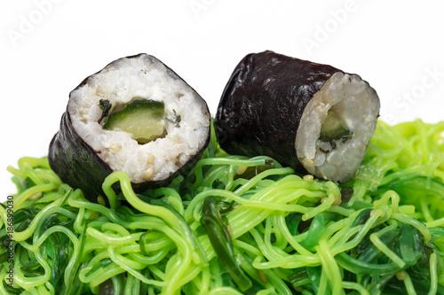 Foto op Canvas Sushi bar Sushi und Algensalat